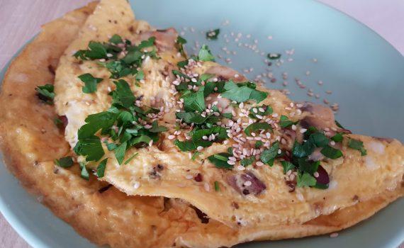 omlet z pieczarkami i czerwoną cebulką