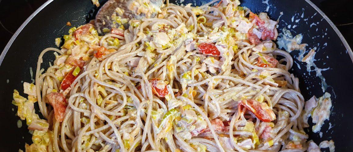 spaghetti z porem, marchewką i szynką