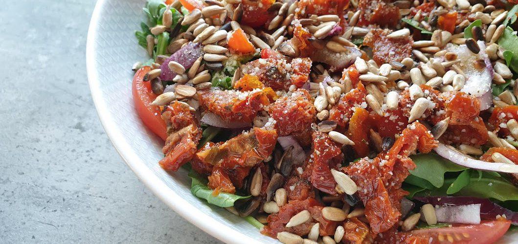 sałatka z rukolą i suszonymi pomidorami