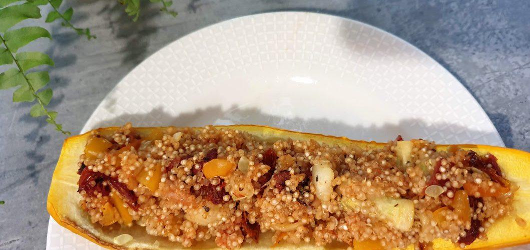 cukinia faszerowana komosą ryzowa i warzywami