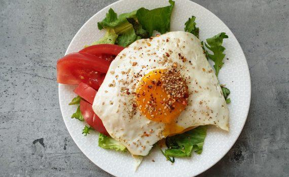 sadzone jajko na grzance z warzywami