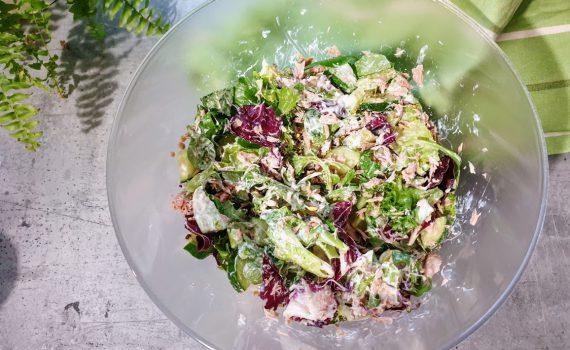 sałatka z tuńczykiem i zielonym ogórkiem