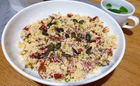 kuskus z zielonym groszkiem i suszonymi pomidorami