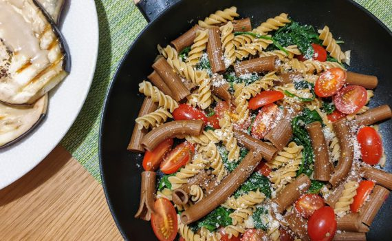 makaron ze szpinakiem i pomidorkami