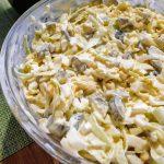 Sałatka z kiszonymi ogórkami, porem i kukurydzą