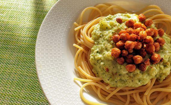 spaghetti z sosem brokułowym i chrupiącą cieciorką