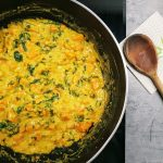 Curry z batatami, szpinakiem i soczewicą