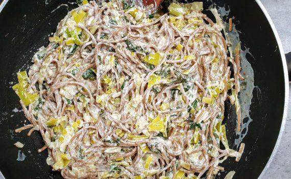 makaron w sosie porowo-szpinakowym