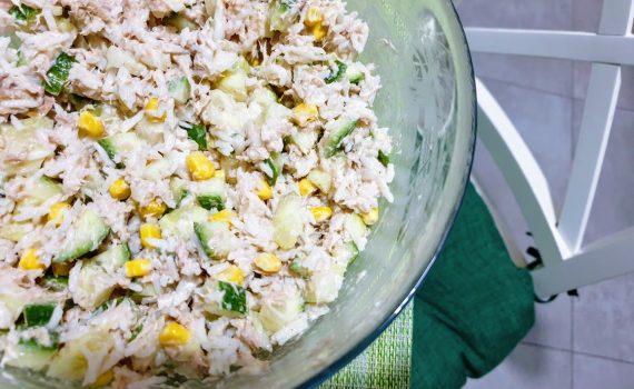 sałatka ryżowa z tuńczykiem i zielonym ogórkiem