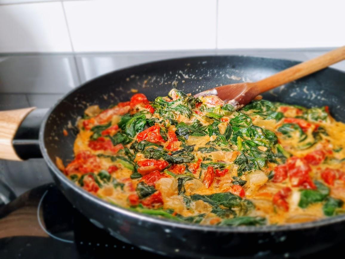 sos szpinakowy z suszonymi pomidorami