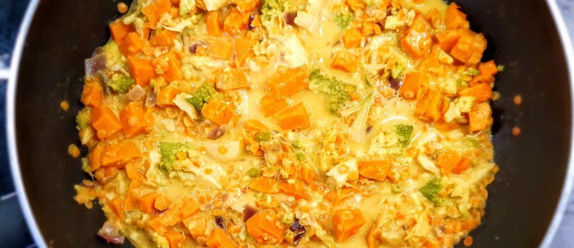Warzywne curry z czerwoną soczewicą