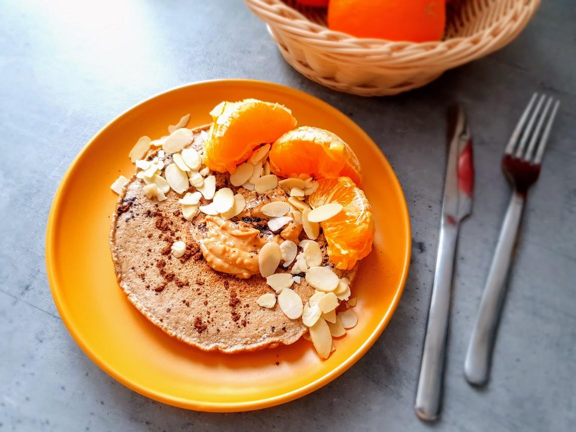 omlet kakaowy z masłem orzechowym i pomarańczą