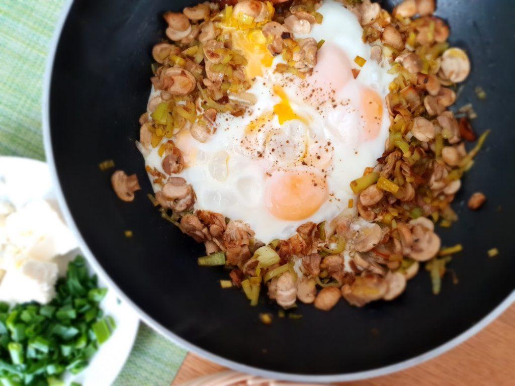 Jajka sadzone na pieczarkach i porze