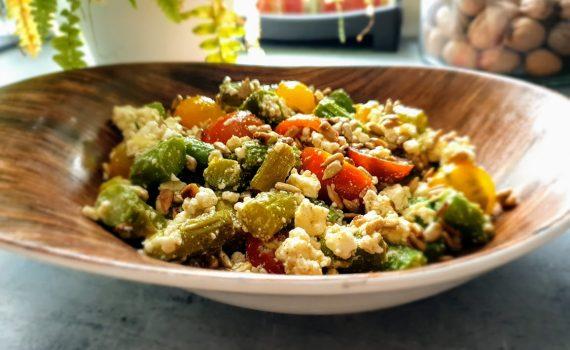 Szybka sałatka ze szparagami, fetą i pomidorkami