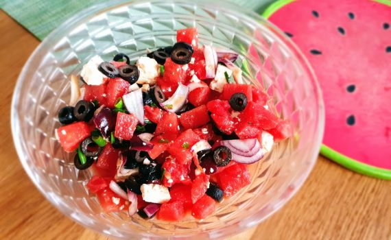 sałatka z arbuzem, feta i oliwkami
