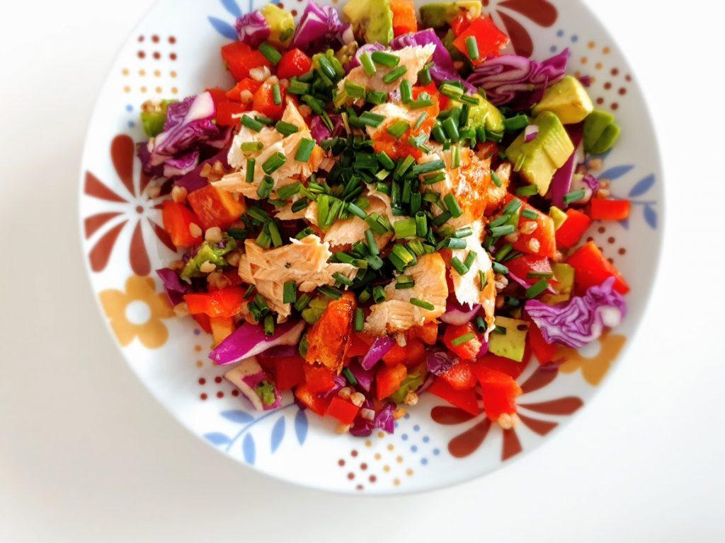 Kasza gryczana z łososiem i warzywami