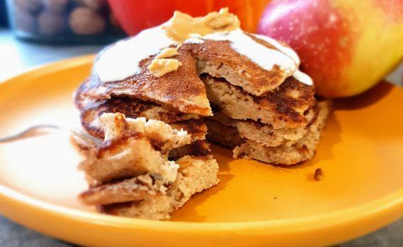 Racuszki gryczane z jabłkiem i cynamonem
